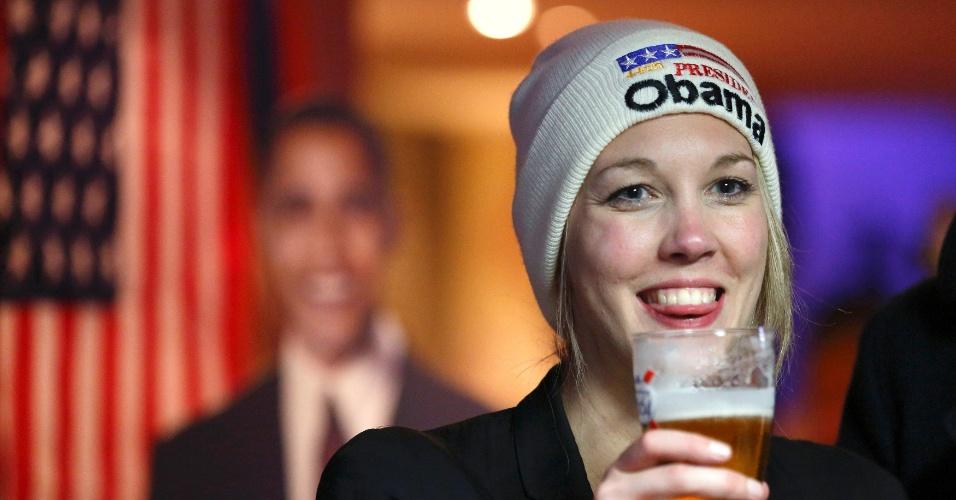 7.nov.2012 - Jovem aproveita cerveja patrocinada pelo partido Democrata em festa realizada em um bar de esportes, temático, em Londres, Inglaterra. Com as urnas fechadas na costa oeste dos EUA, às 2h, o presidente Barack Obama se aproxima da reeleição