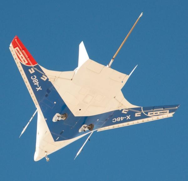 7.nov.2012 - O Boeing X-48C, avião de pesquisa não-tripulado da Nasa (Agência Espacial Norte-Americana), fez seu centésimo voo, divulgou a agência nesta quarta-feira (7). O voo de 25 minutos ocorreu em 30 de outubro na base da Força Aérea Edwards, na Califórnia, nos Estados Unidos.