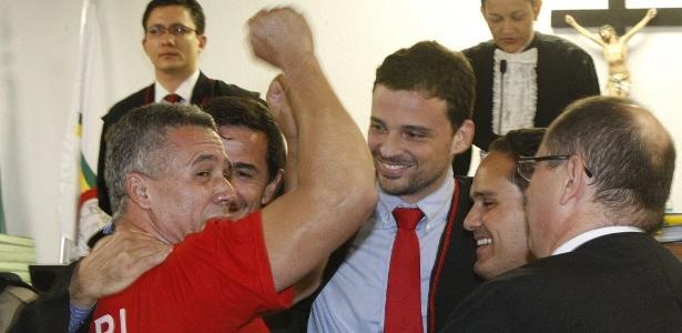 Com advogados, Bola (de vermelho) comemora sua absolvição da acusação da morte de ex-carcereiro