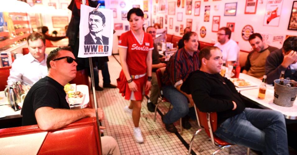 7.nov.2012 - Pessoas acompanham vitória de Barack Obama em bar temático em Moscou, Rússia