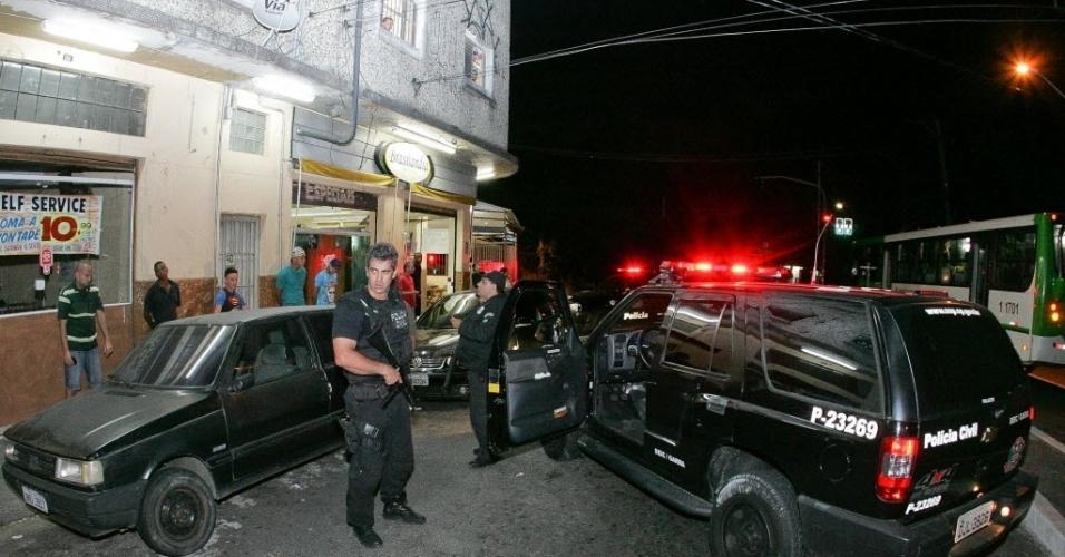 7.nov.2012 - Policiais do Deic (Departamento Estadual de Investigações Criminais) realizam operação na região da Vila Brasilândia, na zona norte de São Paulo (SP)