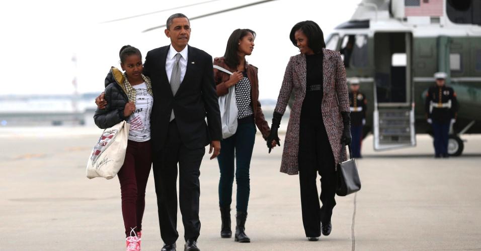 7.nov.2012 - Presidente Barack Obama e sua família se preparam