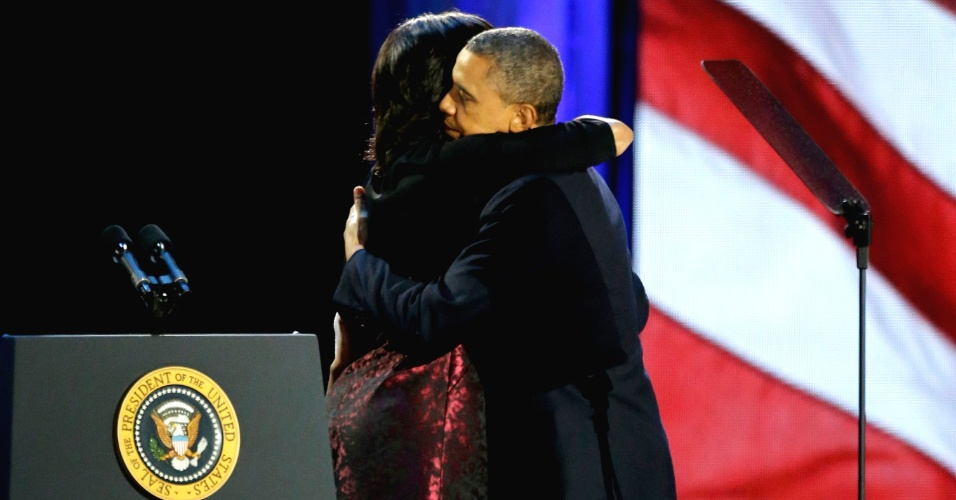 7.nov.2012 - Presidente reeleito Barack Obama abraça a primeira-dama Michelle Obama, logo antes de deixar o palco do discurso da vitória, realizado em Chicago, Illinois. Michelle é considerada por especialistas uma das forças de Obama durante a campanha
