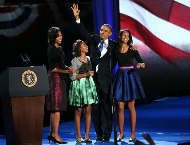 Com vestido Michael Kors usado em duas ocasiões no passado, Michelle Obama acompanhou o marido, Barack Obama, e as filhas Sasha e Malia durante o discurso de reeleição em Chicago (07/11/2012)