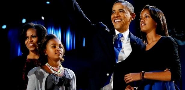 Presidente reeleito Barack Obama saúda os apoiadores de sua campanha junto da primeira-dama Michelle Obama e suas filhas Sasha e Malia