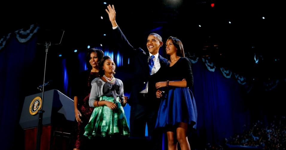 7.nov.2012 - Presidente reeleito Barack Obama saúda os apoiadores de sua campanha junto da primeira-dama Michelle Obama e suas filhas Sasha e Malia para o discurso da vitória no McCormick Place, em Chicago, Illinois