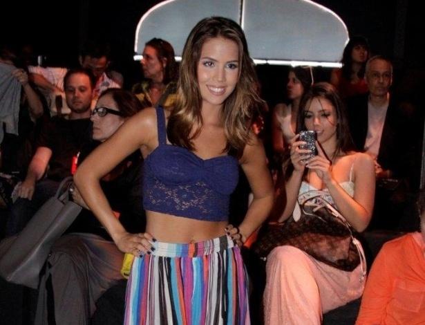 A atriz Pérola Faria assistiu ao desfile da grife AcquaStudio no primeiro dia do Fashion Rio, no Píer Mauá, na zona portuária do Rio (7/11/2012)