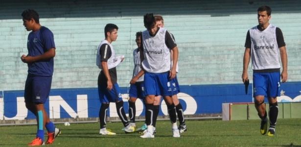 André Lima (d) já sem caneleira deixa campo de jogo após ser expulso e brigar (07/11/2012)