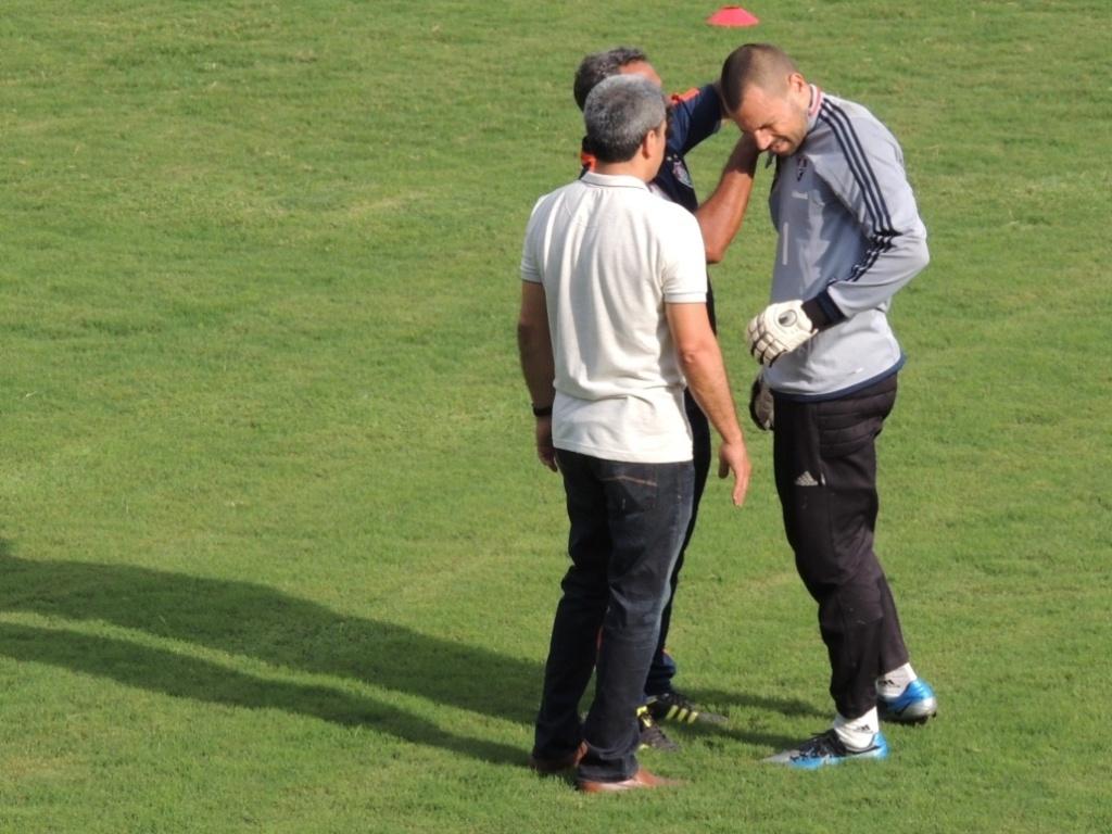Goleiro Diego Cavalieri machuca o ombro e é atendido por médicos durante treino do Fluminense (07/11/2012)