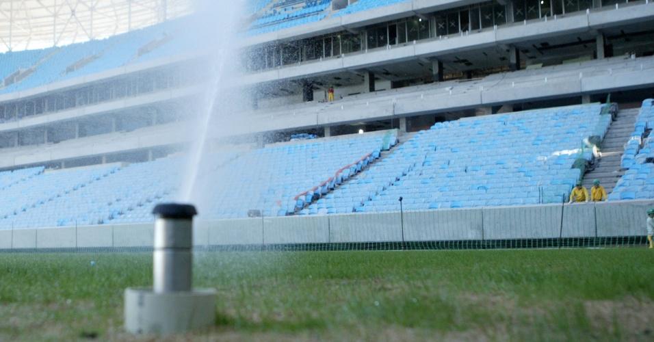 Gramado recebendo água em preparativos para inauguração da Arena do Grêmio