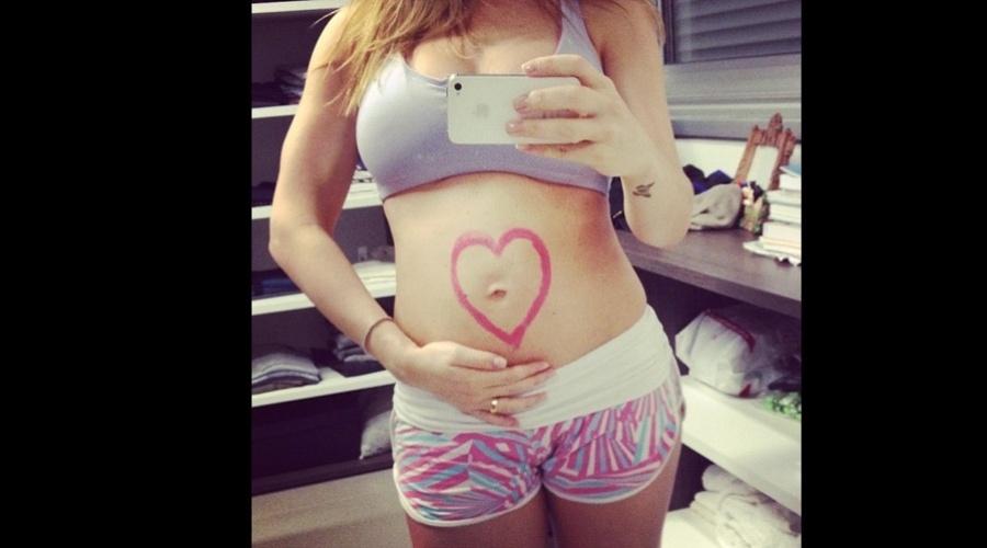 Grávida de Brenda, Sheila Mello divulgou uma imagem da barriga de gravidez (7/11/12).