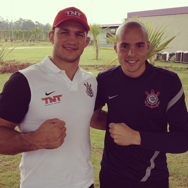 Junior Cigano, campeo dos pesados do UFC, encontra o goleiro corintiano Jlio Csar no CT do clube