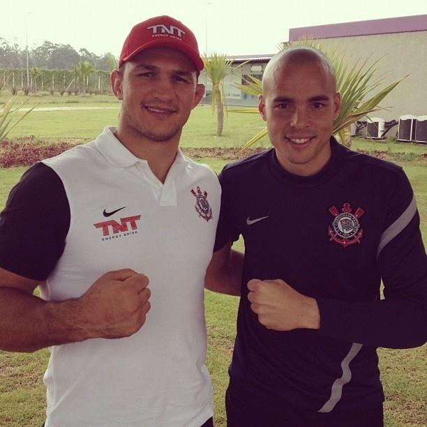 Junior Cigano, campeão dos pesados do UFC, encontra o goleiro corintiano Júlio César no CT do clube