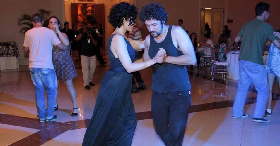 Letícia Sabatella dança e beija o namorado em evento do 9º Amazonas Film Festival no Teatro Amazonas, em Manaus (6/11/12)