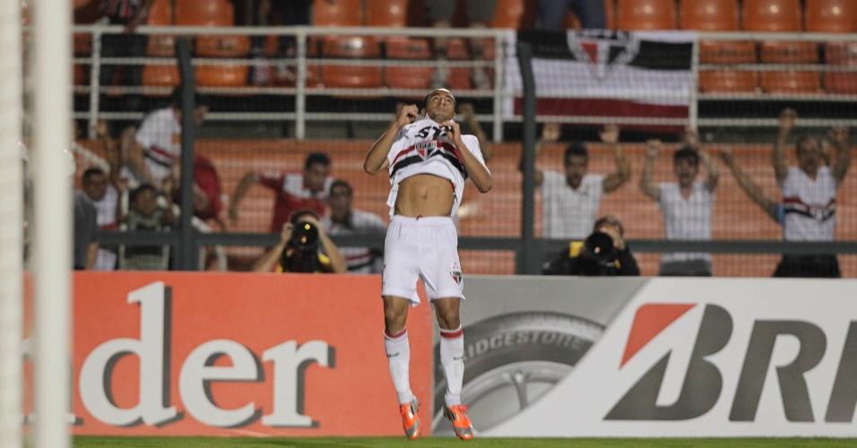 Lucas completa o mortal na comemoração do segundo gol do São Paulo contra a La U, no Pacaembu