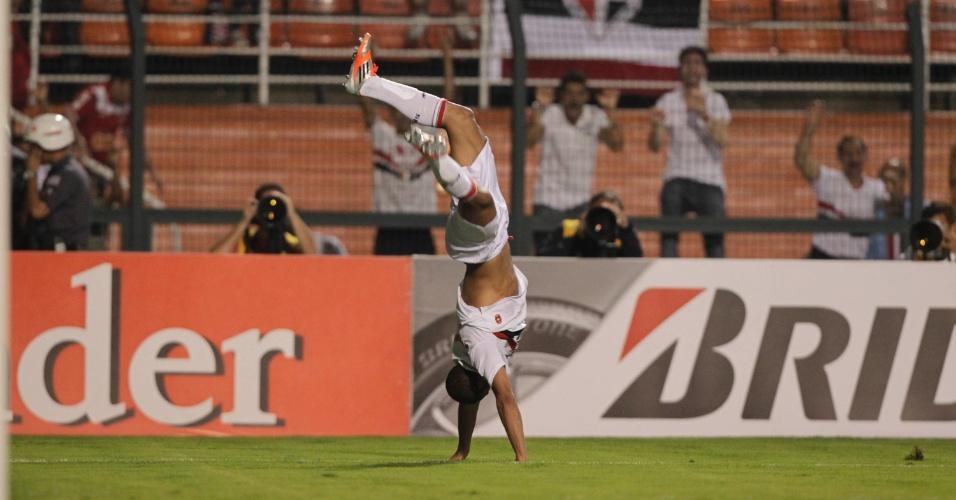 Lucas dá um mortal na comemoração do segundo gol do São Paulo contra a La U, no Pacaembu