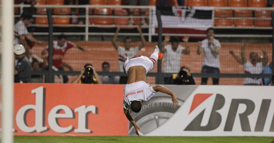 Lucas dá um mortal na comemoração do segundo gol do São Paulo contra a La U, no Pacaembu, pela Sul-Americana