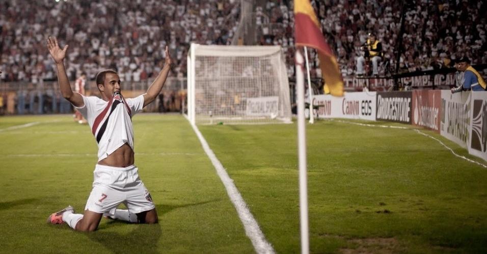 Lucas se ajoelha no gramado do Pacaembu e comemora o segundo gol do São Paulo contra a La U
