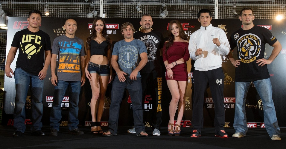 Novas ring girls posam com lutadores do UFC China - entre eles os astros Cung Le (d) e Rich Franklin (e) - e convidados como Chuck Liddell e Urijah Faber em Macau