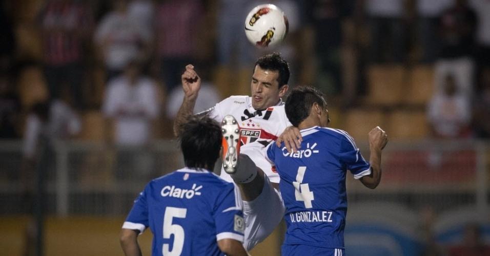 Rhodolfo, zagueiro do São Paulo, briga pela bola no alto com Gonzalez, da La U, durante jogo no Pacaembu