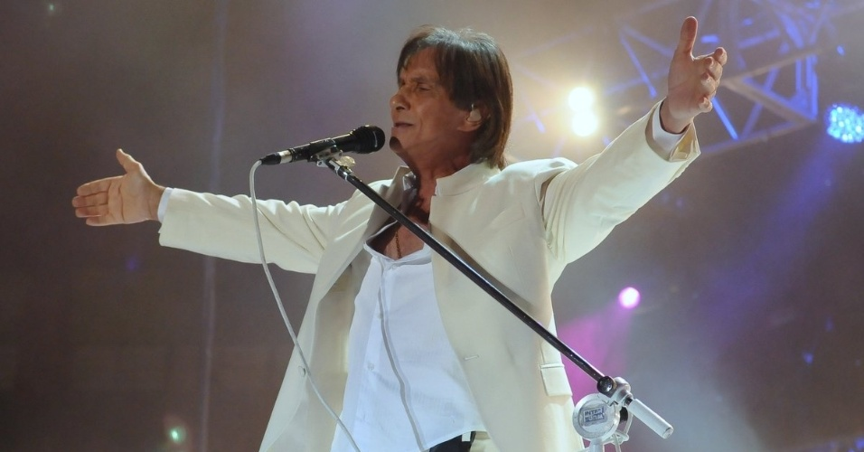 Roberto Carlos se apresenta no Ginásio do Ibirapuera, em São Paulo, abrindo sua nova turnê. O cantor entoou clássicos como