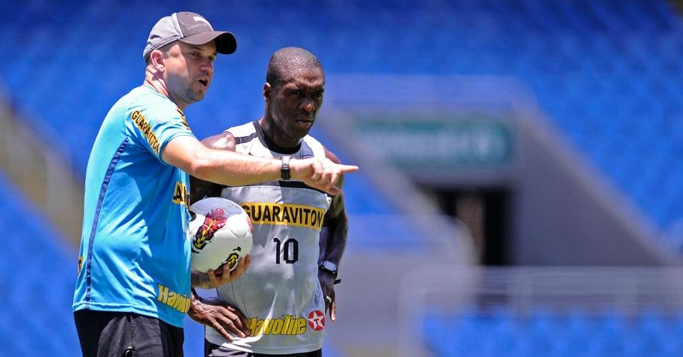 Seedorf ouve instruções de preparador físico do Botafogo durante treinamento no Engenhão