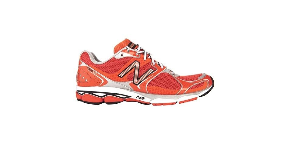 Tênis vermelho e laranja; R$ 499, na New Balance (www.newbalance.com.br). Preço pesquisado em novembro de 2012 e sujeito a alterações