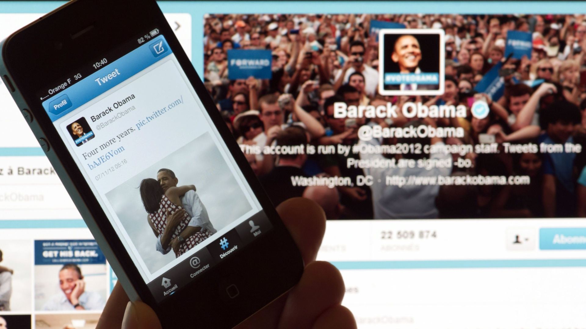 7.nov.2012 - Pessoa exibe  smartphone com o tute de Barack Obama que, segundo a rede social, foi a mensagem mais compartilhada no site. A postagem, que diz 
