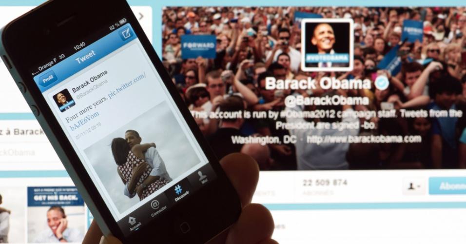 7.nov.2012 - Pessoa exibe  smartphone com o tuíte de Barack Obama que, segundo a rede social, foi a mensagem mais compartilhada no site. A postagem, que diz