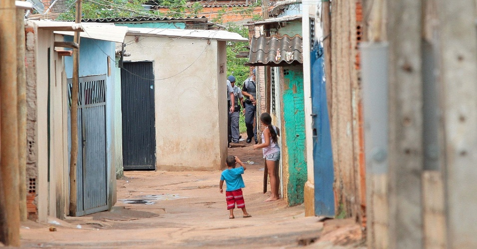 8.nov.2012 - A Polícia Militar faz operação de ocupação da Favela do Simioni, na região norte de Ribeirão Preto (SP). São cerca de 50 policiais espalhados em pontos estratégicos da favela e do bairro.Segundo a PM, o objetivo da operação é reduzir o número de crimes que estão ocorrendo naquela área