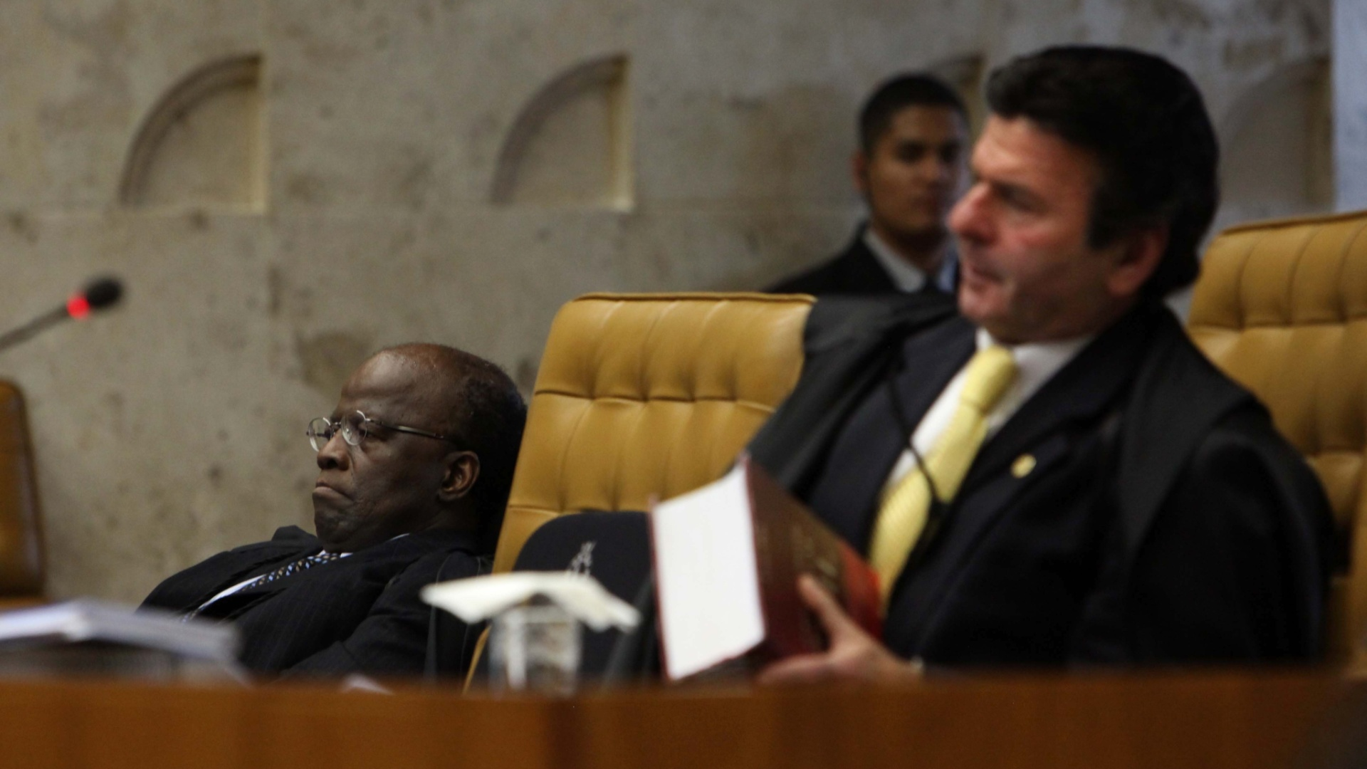 8.nov.2012 - Ministros Joaquim Barbosa ( esq.) e Luiz Fux ( dir.) em sesso de julgamento do mensalo no Supremo Tribunal Federal 