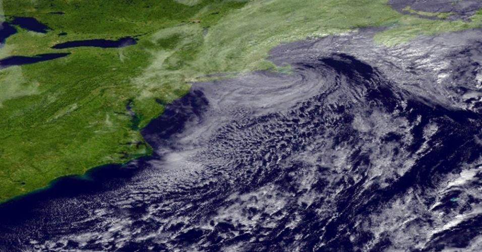 8.nov.2012 - Imagem de satélite mostra uma tempestade costeira na região do meio-atlântico dos Estados Unidos. Uma tempestade de neve deixou milhares de pessoas sem energia na região de Nova York nesta quinta-feira (8), retardando os esforços para superar a devastação causada pelo furacão Sandy na semana passada