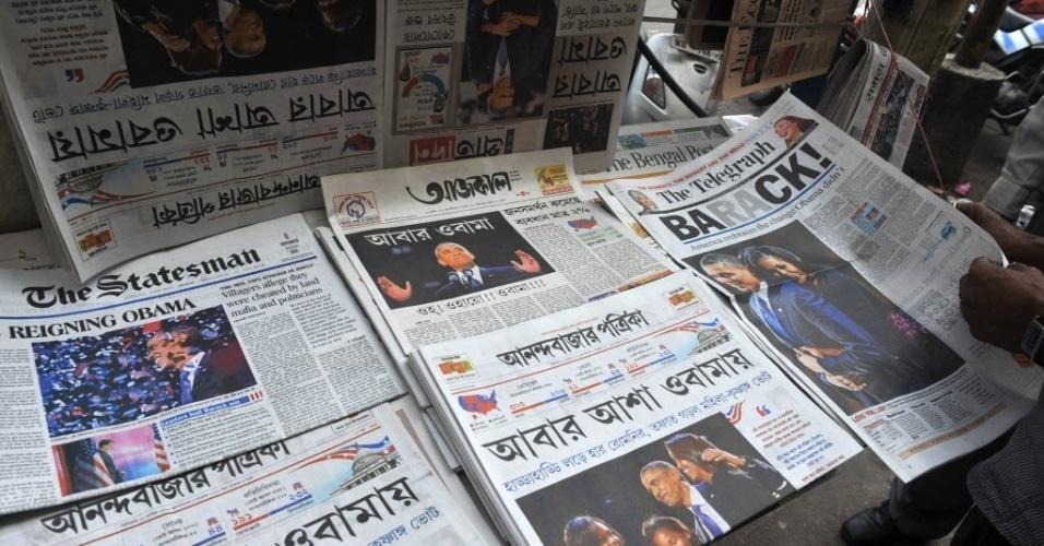 8.nov.2012 - Jornais trazem a reeleição do presidente dos Estados Unidos, Barack Obama, como notícia principal, em banca de revistas em Siliguri, na Índia