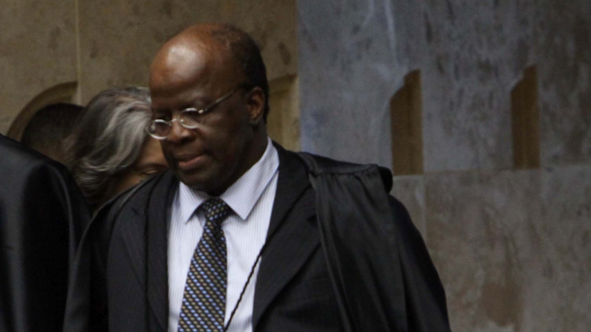 8.nov.2012 - O ministro Joaquim Barbosa na segunda entrada no plenrio para sesso do julgamento do mensalo, em Braslia