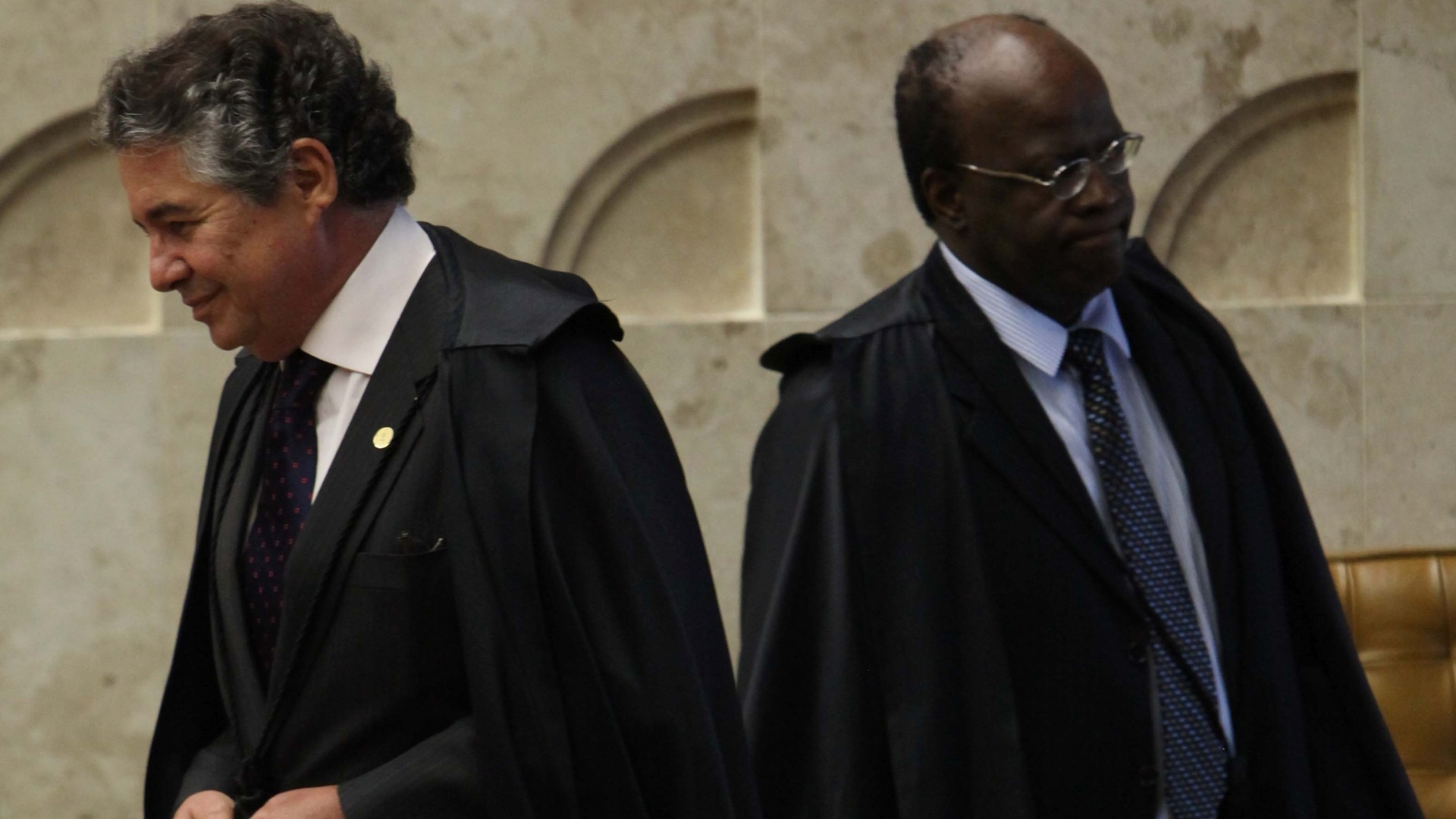8.nov.2012 - Os ministros Marco Aurlio Mello e Joaquim Barbosa chegam para sesso do julgamento do mensalo no STF (Supremo Tribunal Federal), em Braslia