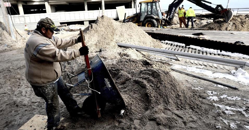 8.nov.2012 - Trabalhadores retiram escombros e barro deixados pela passagem do furacão Sandy Rockaway Park, Nova York. O governador do Estado, Andrew Cuomo, afirmou que os prejuízos com o furacão em Nova York chegam a U$ 33 bilhões (R$ 67 bilhões, aproximadamente)