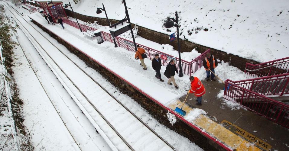 8.nov.2012 - Trabalhadores retiram neve de estação de trem de Long Island, em Manhasset, no Estado de Nova York, nesta quinta-feira (8)