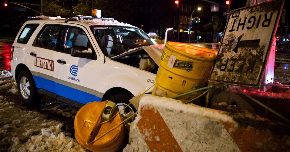 8.nov.2012 - Veículo de emergência bateu em barricada após uma tempestade, em Nova York, nesta quinta-feira (8)