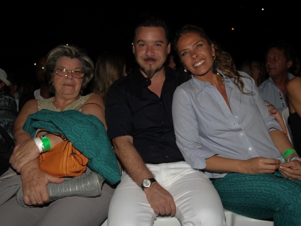Adriane Galisteu, a mãe Emma e o marido Alexandre Iódice prestigiaram o show de Roberto Carlos no Ginásio do Ibirapuera, em São Paulo (7/11/12)