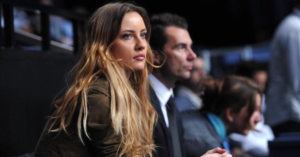 08.nov.2012 - Ester Satorova, namorada de Tomas Berdych, fica apreensiva durante jogo do tenista nas Finais da ATP