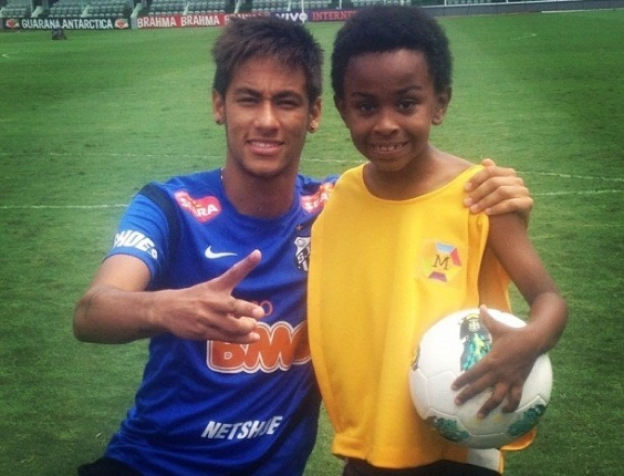Neymar postou em seu Facebook uma foto ao lado do ator Jean Paulo Campos, que interpreta Cirilo na novela 