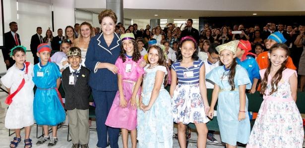 Presidente Dilma Rousseff posa para foto com alunos durante cerimônia de lançamento do Pacto Nacional pela Alfabetização na Idade Certa