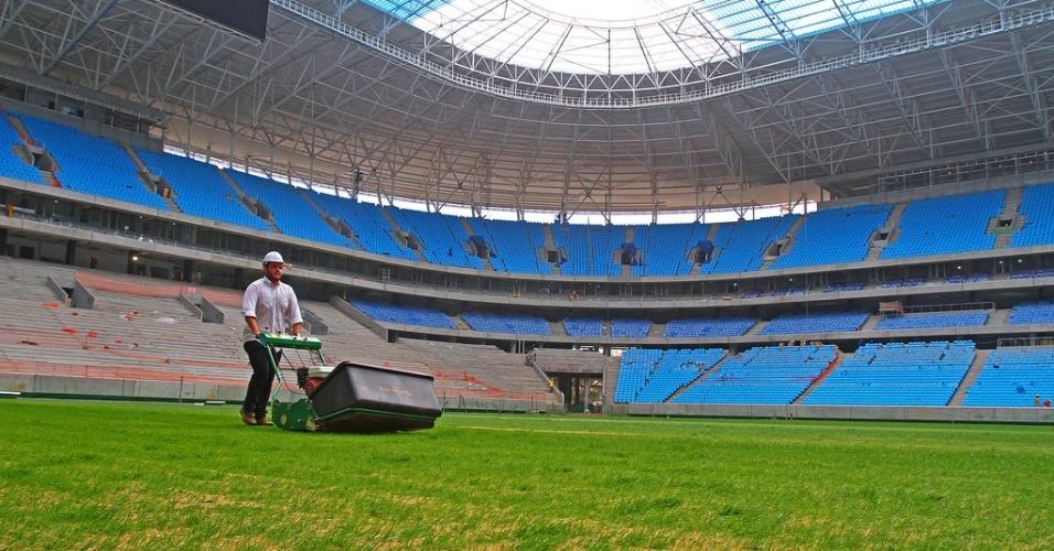 Primeiro corte da grama plantada na Arena do Grêmio (08/11/2012)