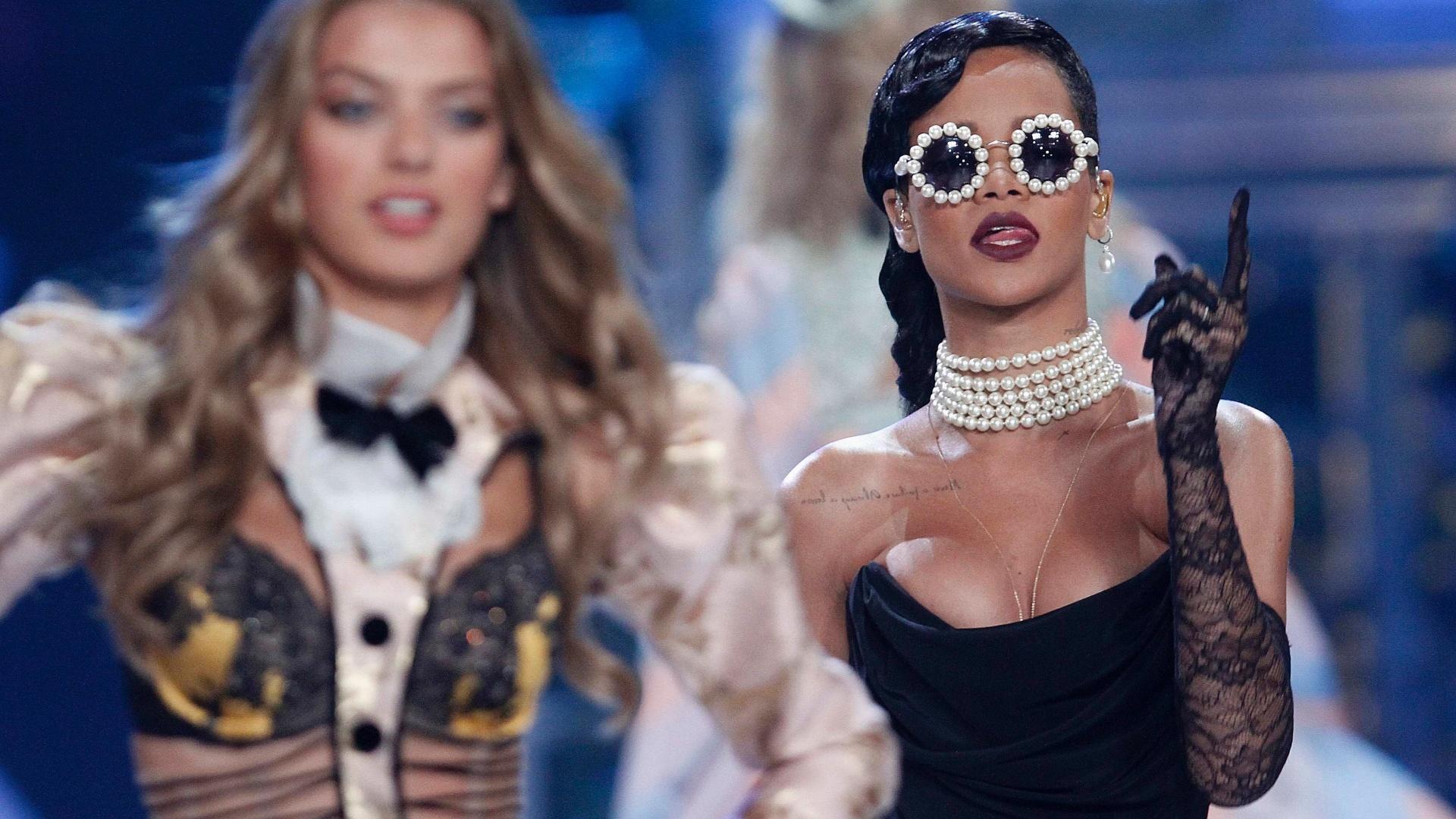 Rihanna se apresenta durante o evento Victoria's Secret Fashion Show em Nova York, nos Estados Unidos. O desfile especial será transmitido no dia 4 de dezembro na CBS (7/11/12)