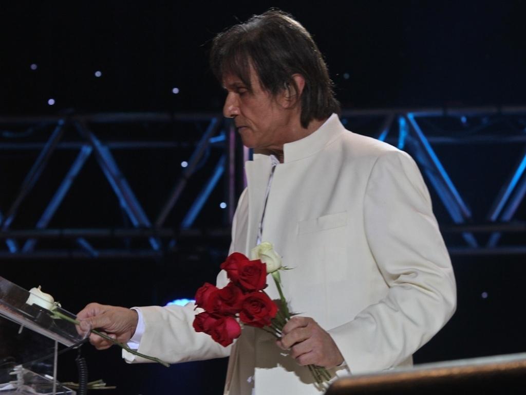 Roberto Carlos encerra sua apresentação no Ginásio do Ibirapuera, em São Paulo, abrindo sua nova turnê. No repertório do show, estavam clássicos como