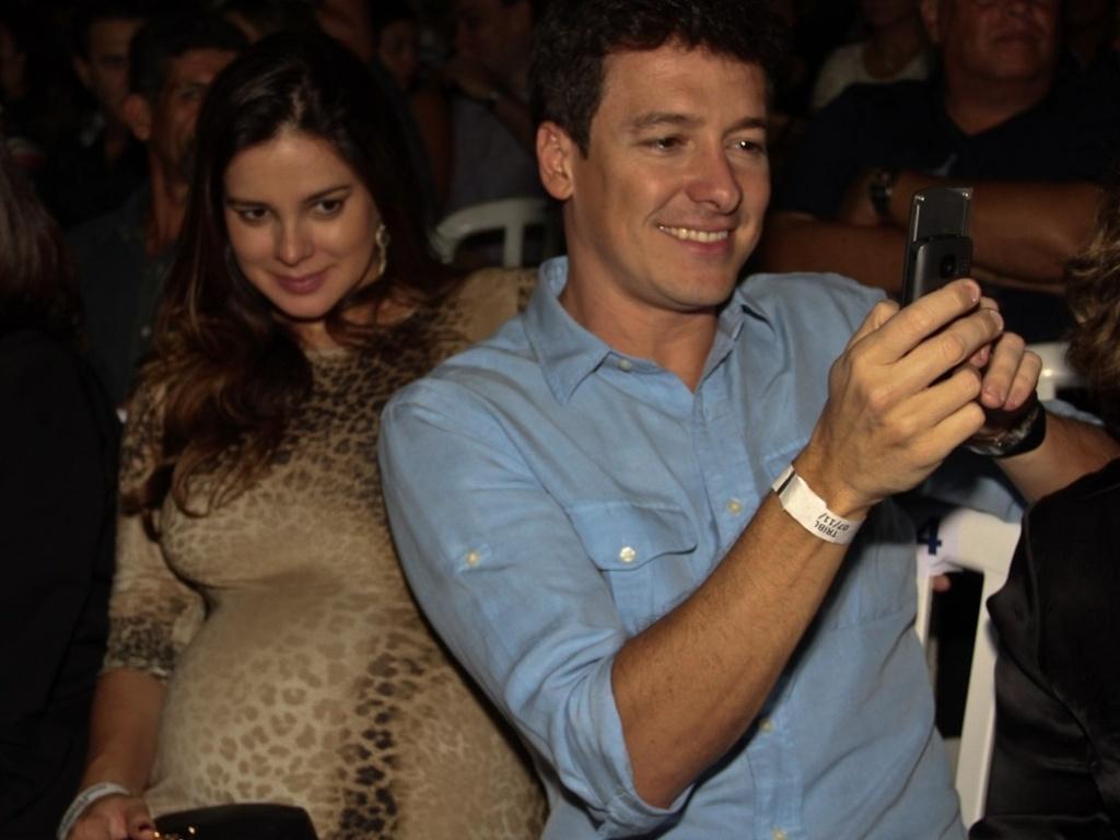Rodrigo Faro e a mulher Vera Viel, grávida de oito meses, prestigiaram o show de Roberto Carlos no Ginásio do Ibirapuera, em São Paulo (7/11/12)
