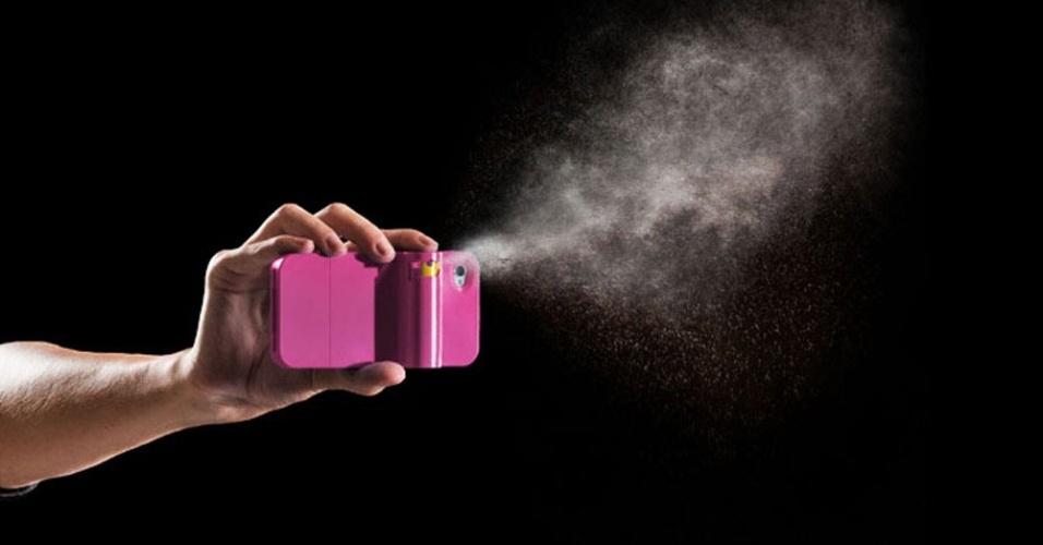 10.nov.2012 - Voltado para moças, o case Spraytect para iPhone tem uma peculiaridade que chama a atenção. Além de proteger a estrutura do smartphone, ele permite incluir um spray de pimenta na parte de trás do aparelho. Nos Estados Unidos, o case custa US$ 40 (aproximadamente R$ 82) e já vem um refil de spray de pimenta para ser usado em situações de perigo. É possível comprá-los separadamente por US$ 18 (aproximadamente R$ 37) cada um