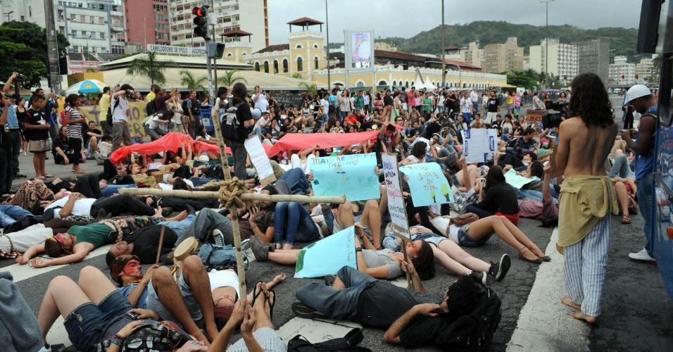9.nov.2012 - Em Florianópolis (SC), manifestantes realizam um ato público em defesa dos índios guaranis-kaiowás, e pela demarcação das suas terras no Mato Grosso. O ato acontece simultaneamente em outras cidades do Brasil