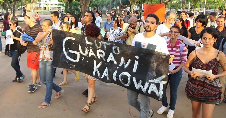 9.nov.2012 - Em Goiânia (GO), manifestantes realizam um ato público em defesa dos índios guaranis-kaiowás, e pela demarcação das suas terras no Mato Grosso. O ato acontece simultaneamente em outras cidades do Brasil