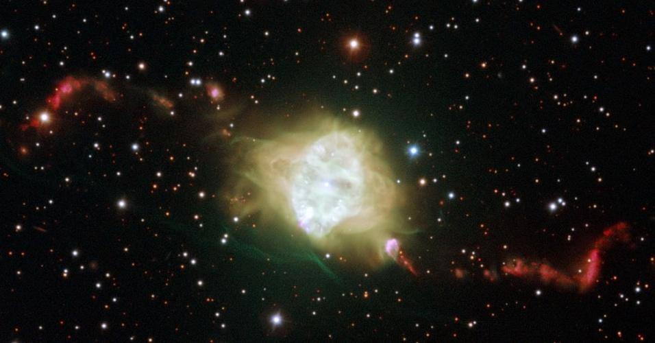 9.nov.2012 - Estudo publicado nesta sexta-feira (9) desvenda o comportamento, até então atípico, das nebulosas planetárias - conchas brilhantes de gás brilhantes que estão em volta de anãs brancas, estrelas massivas como o Sol que estão no último estágio de vida. No caso da Flemming 1, que fica na constelação de Centauro, os jatos de material expelidos por essa nebulosa são simétricos devido à interação que há entre duas estrelas anãs brancas muito próximas - e não apenas uma, como se pensava anteriormente